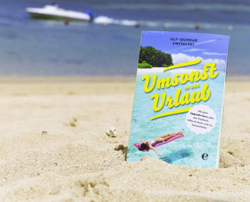 Umsonst in den Urlaub Buch im Strand